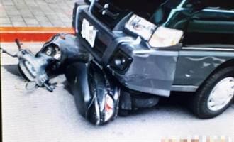 西門町小客車紅燈不及剎車 撞倒3機車