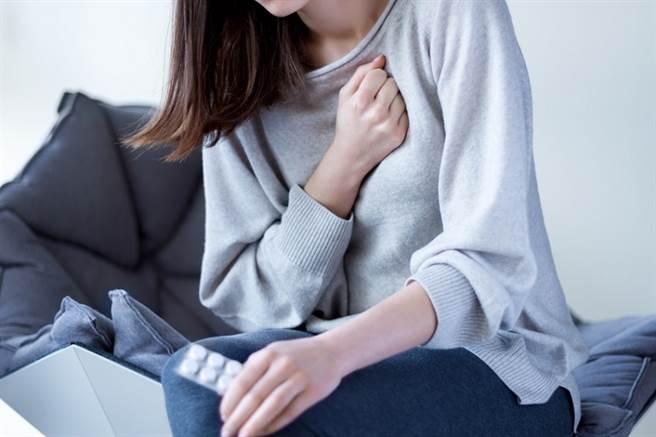 心臟病發含「耐絞寧」舌下錠能救命? 用錯恐害命!食藥署揭正確服用觀念。(示意圖/常春月刊提供)