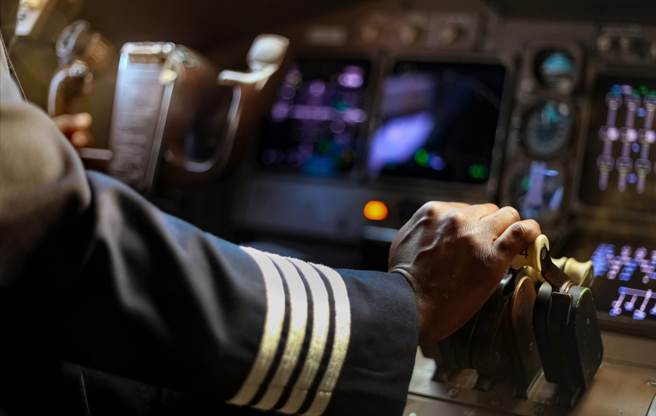 另位遭開除的長榮航空台籍機師,被女密友控訴是「已婚玩咖」。(示意圖/Shutterstock)