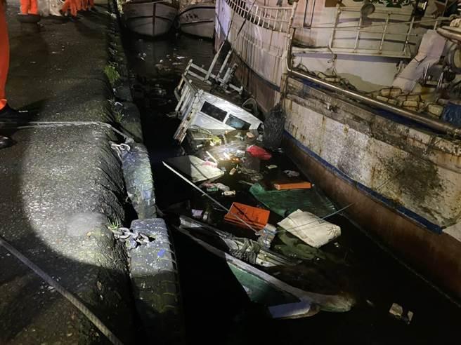 一艘超過兩年未出港作業的蘇澳籍漁船,28日晚間突然沉入水中, 在漁港內載浮載沉。(第一岸巡隊提供/胡健森宜蘭傳真)