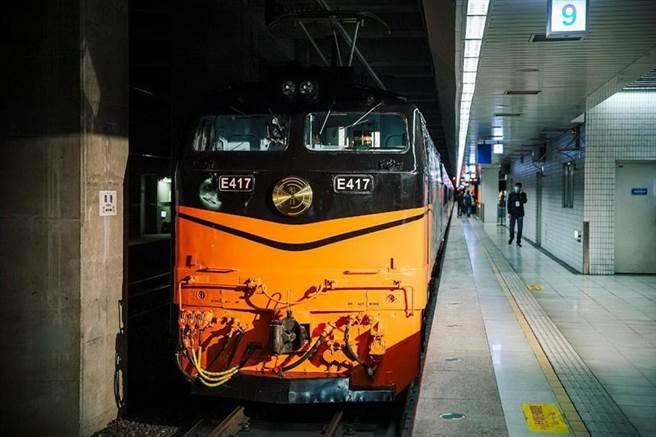 (台鐵美學觀光列車「鳴日號」新設計的車頭牌首度亮相,牌面上有淺刻的V形微笑曲線。圖/雄獅旅遊)