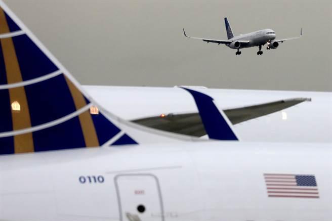 不顧疫情升溫 美128萬人搭機創3月以來單日新高。(圖/路透)