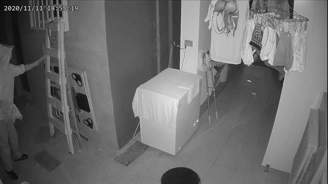 57歲郭姓男子有多項竊盜前科,11月11日晚間先後在新北市永和區得和路、永和區秀朗路2段偷竊女性內衣褲。(翻攝)
