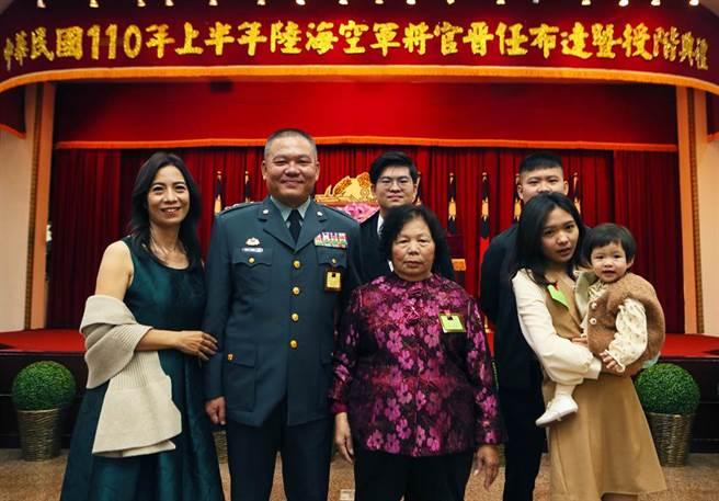 晉升中將的海巡署副署長許靜芝(左二)53歲就當外公,29日以「四代同堂」陣仗出席「國防部110年度上半年將官晉任布達典禮。(陳怡誠攝)