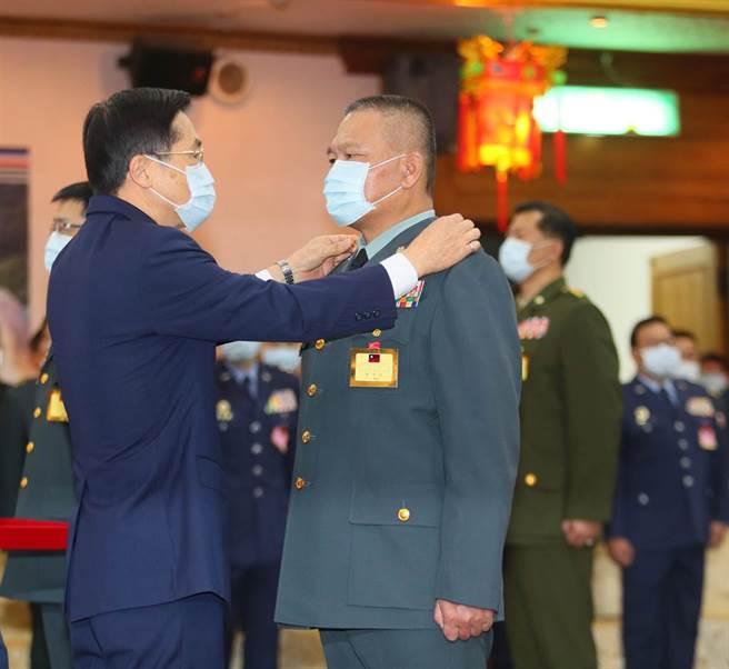 國防部長嚴德發(左)親自為53歲就當外公的海巡署副署長許靜芝(左二)中將掛階。(陳怡誠攝)