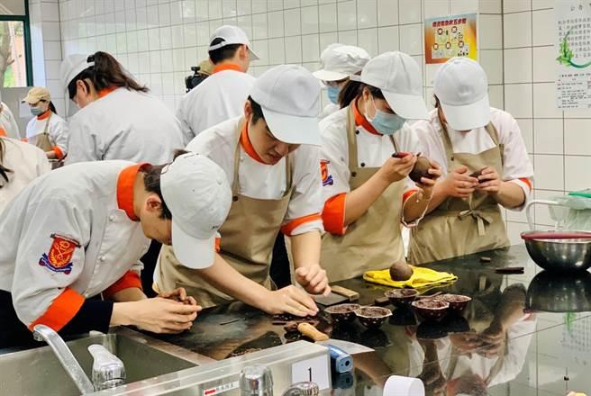 臺北城市科技大學烘焙創意與經營管理學士學位學程實務課程扎實,培育學生參加比賽。(Campus編輯室攝)