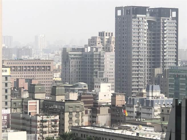 台灣西半部29、30日兩天,受境外汙染及東北季風減弱影響,汙染物易累積空氣品質轉差,台中空品已達「橘色提醒」等級。(陳世宗攝)