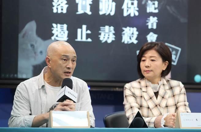 國民黨文傳會主委王育敏(右)29日邀請台灣動物社會研究社執行長朱增宏(左)等動物保護人士,一同為落實動物保護並遏止毒殺動物發聲。(鄭任南攝)