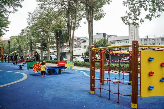 竹東之心中興河道水岸及城鎮步行空間再造計畫工程設置地景遊戲場,讓大小朋友休憩玩樂。(羅浚濱攝)