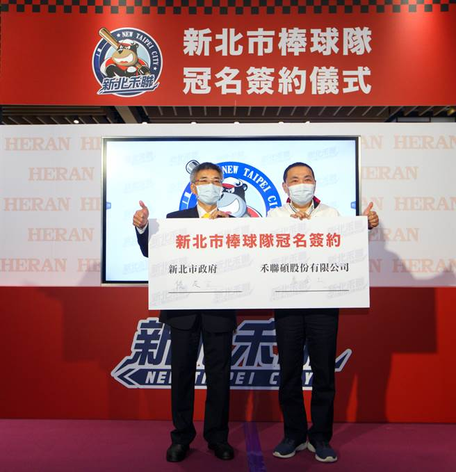 新北市市長侯友宜(右)與禾聯碩董事長蔡金土。(陳信翰攝)