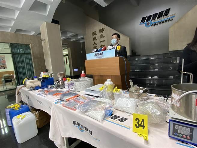 警方破獲涉嫌製造第三級毒品愷他命工廠及非法持有以色列制式手槍案。(盧金足攝)