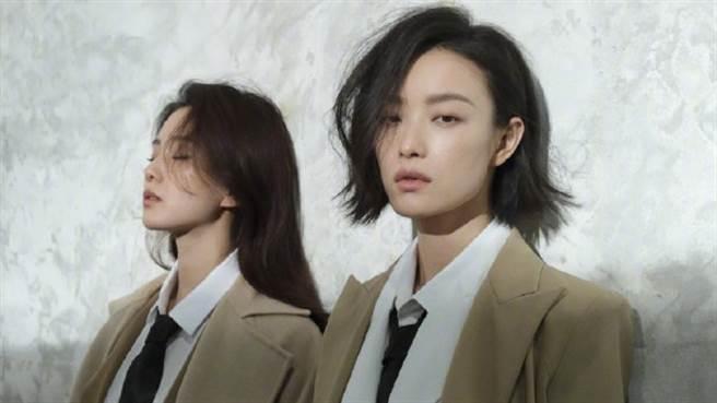 劉詩詩倪妮兩大女神一同登上雜誌封面,大秀火辣曲線。(圖/微博@嘉人)