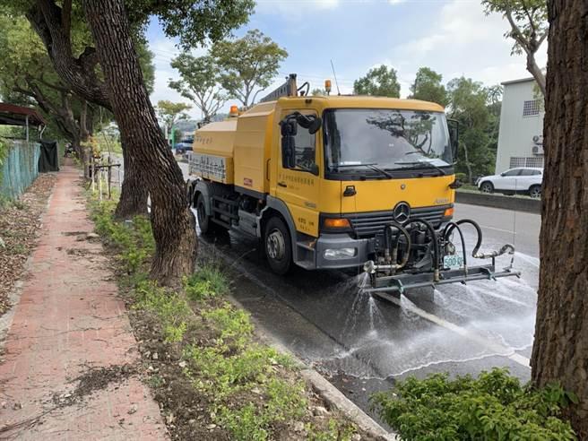 台灣西部空氣品質轉差,台中市府啟動應變措施,要求營建業加強洗掃街。(環保局提供/林欣儀台中傳真)
