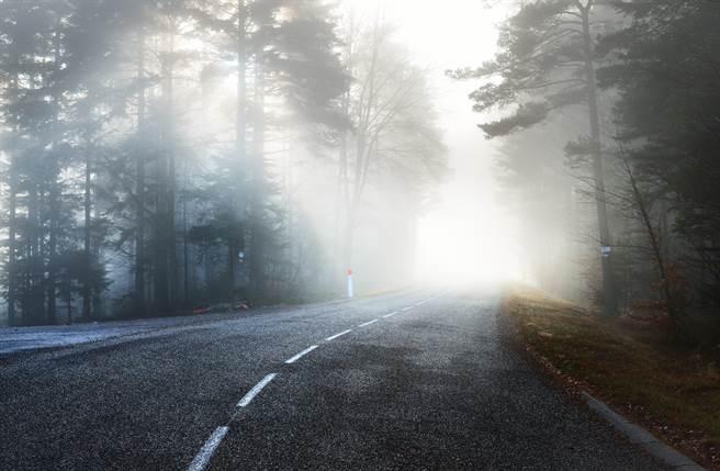 陽明山的巴拉卡公路偏僻陰暗且靈異事件頻傳,被封為「全台第一陰屍路」。此非當事地點。(達志影像/shutterstock提供)