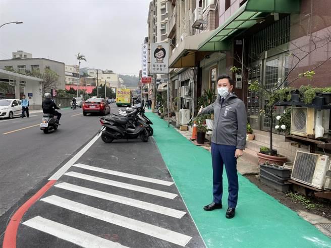 新竹市長林智堅29日特別體驗安全步行的「通學巷」。(陳育賢攝)