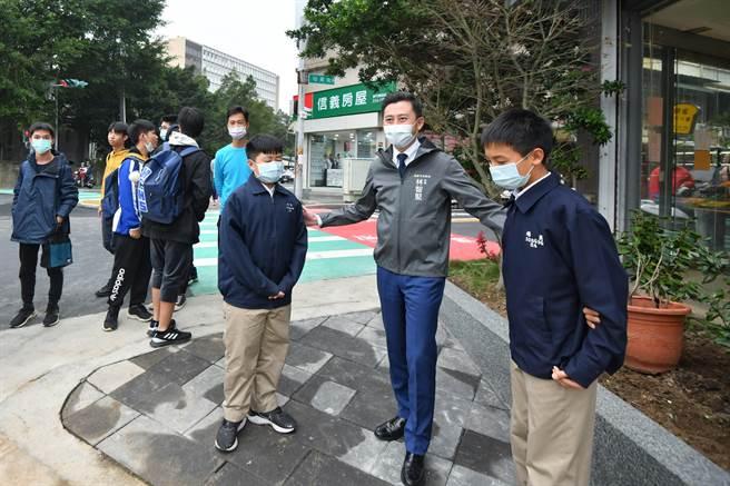 新竹市長林智堅指出,綠底的「標線型人行道」才剛畫好上路,但今天看到許多學生還不知道要走在上面,呼籲學生和行人可多加留意。(陳育賢攝)