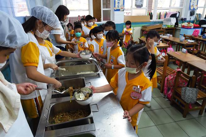 配合市府政策,桃市團膳業者必須使用國產肉品烹調營養午餐。(桃園市政府教育局提供/黃婉婷桃園傳真)