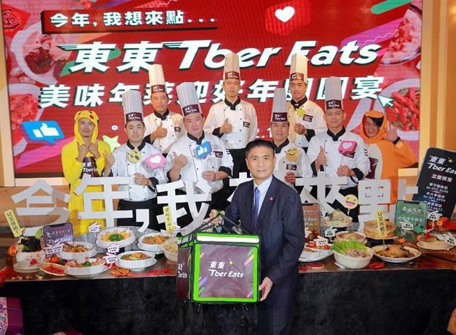 東東餐飲集團董事長李日東(前排)親自介紹今年東東Tber Eats年菜。圖文/陳惠珍