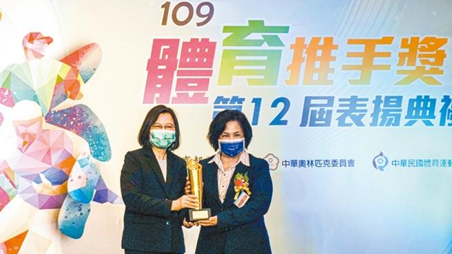 全球人壽榮獲109年體育推手獎「贊助類金質獎」殊榮,由全球人壽社會責任長高芬蒂(右)代表自總統蔡英文手中獲頒獎盃。圖/全球人壽提供