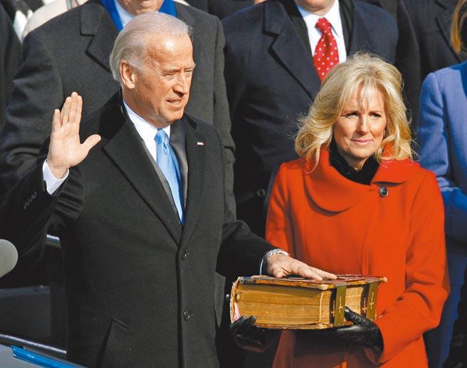 针对我驻美代表萧美琴是否可能出席美国总统当选人拜登的就职典礼,外交部表示,还在与美方联繫中。图为2009年拜登宣誓就职副总统。(路透)