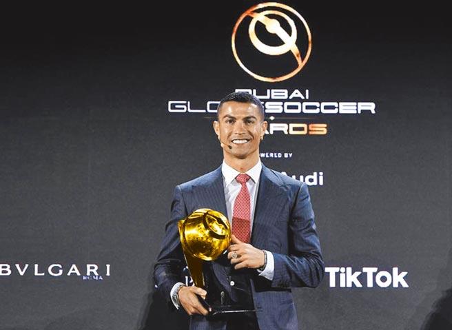 C羅擊敗梅西等人,贏得環球足球獎頒發的21世紀最佳球員殊榮。(美聯社)