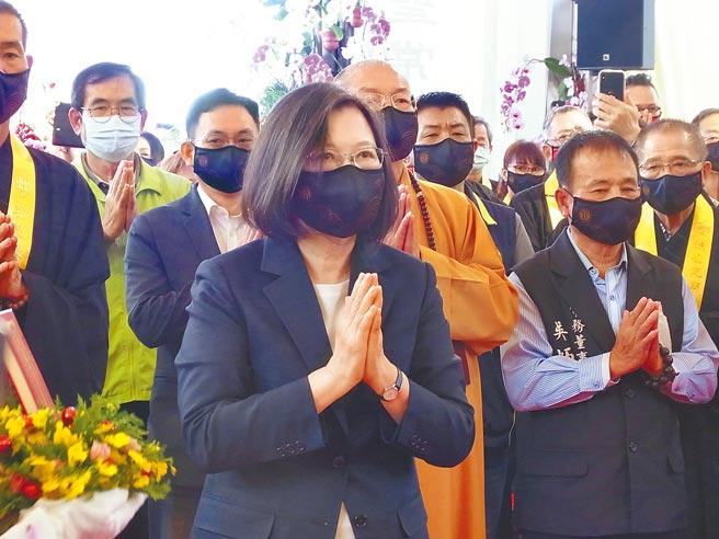 蔡英文總統(前)28日到雲林縣北港朝天宮參加水陸大法會。(張朝欣攝)