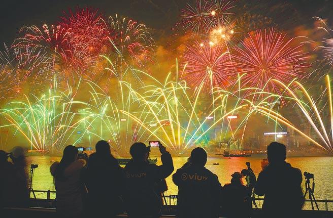 大陸加強防疫,多地取消跨年活動。圖為迎接2019年元旦,香港倒數跨年活動盛況。(中新社資料照片)