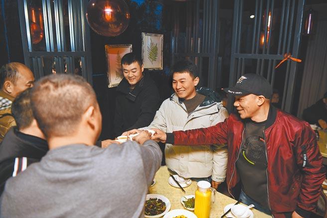 防疫的需求,大陸要求民眾節假日減少聚餐。圖為2019年長沙外賣配送員春節聚餐。(新華社)