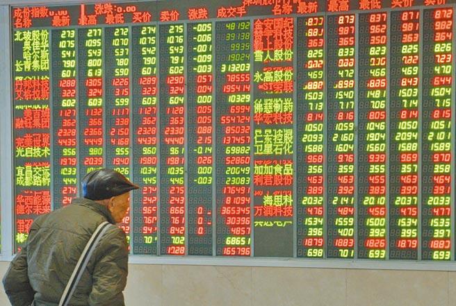 四川成都一證券營業部大廳,股民查看股市行情。(中新社資料照片)