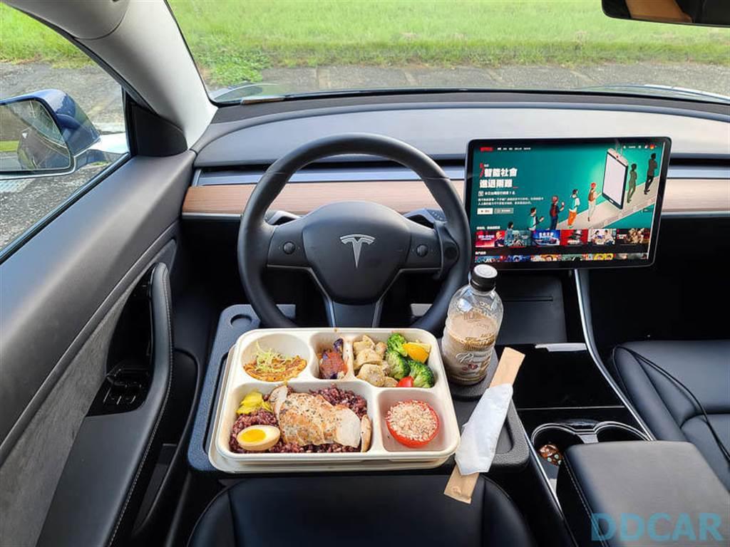 林志穎開特斯拉在超充吃豆花:那個多功能車內餐盤也被小旋風青睞啦!
