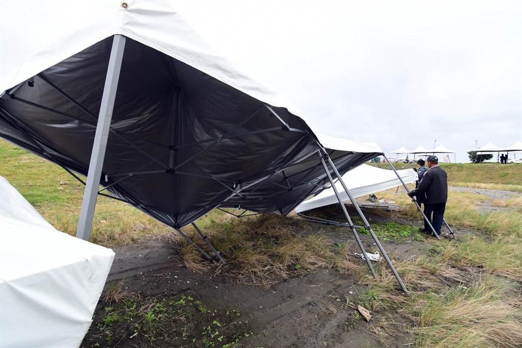 寒流鋒面發威,阿妹跨年演唱會場帳篷倒一片。(莊哲權攝)