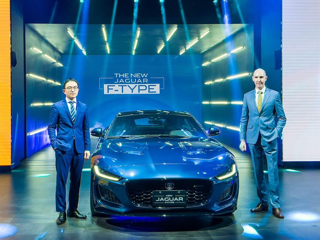 Jaguar當家跑車F-Type今日發表,P300車型366萬元、P450車型486萬元,圖為台灣捷豹路虎總經理Garth Turnbull(右)、品牌總監張君維(左)。