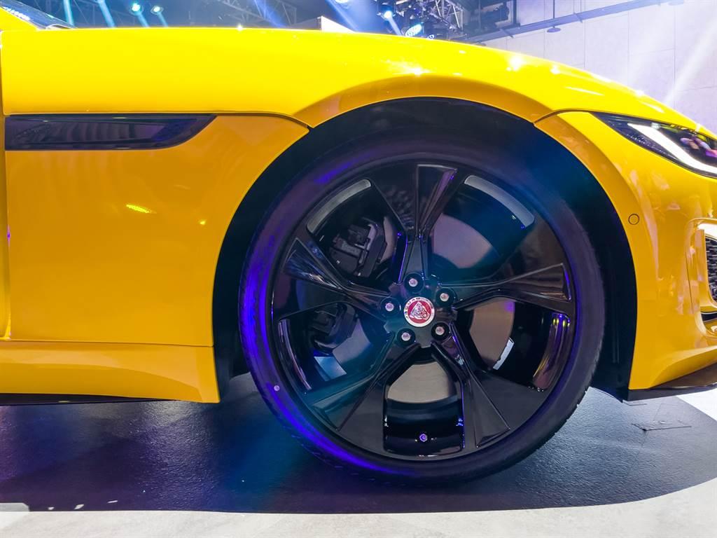 黃色P300展車選配黑色外觀設計套件,包括輪圈、車側導流口及窗框等處,皆採亮黑塗裝。