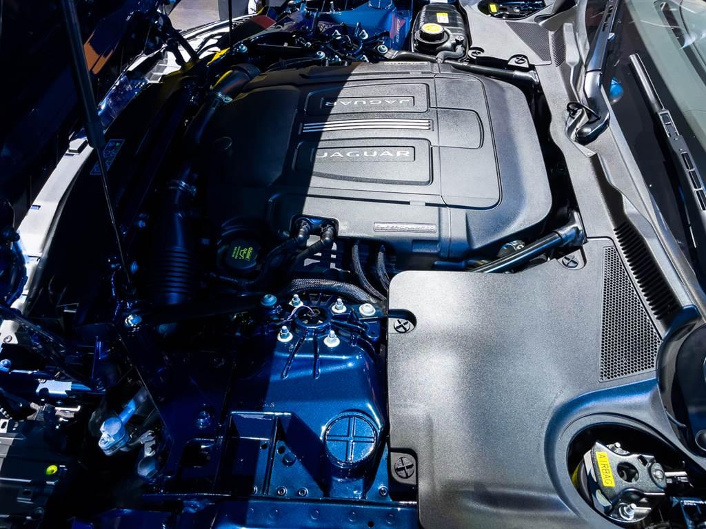 P450 R-Dynamic車型採用現今罕見的5.0升V8機械增壓引擎,擁有450ps最大馬力。