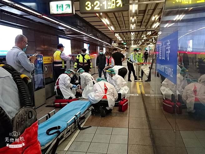 北捷昨日一名老翁跌倒后脑渗血,有热心男子投入救援,感动不少网友。(图/翻摄自救护公社)