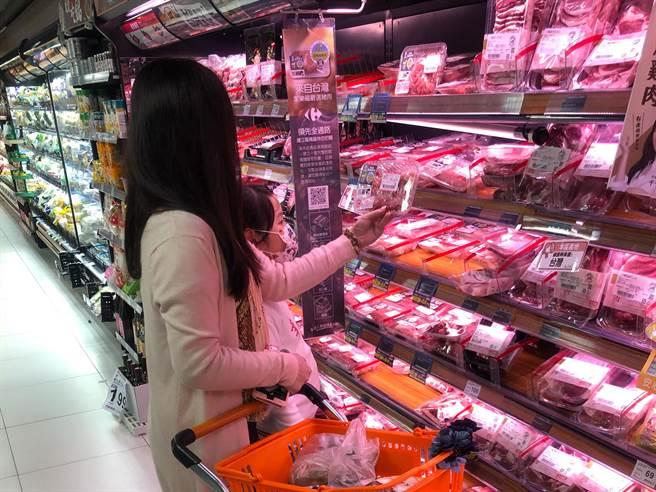 民眾在賣場內選購台灣豬肉產品。(業者提供)