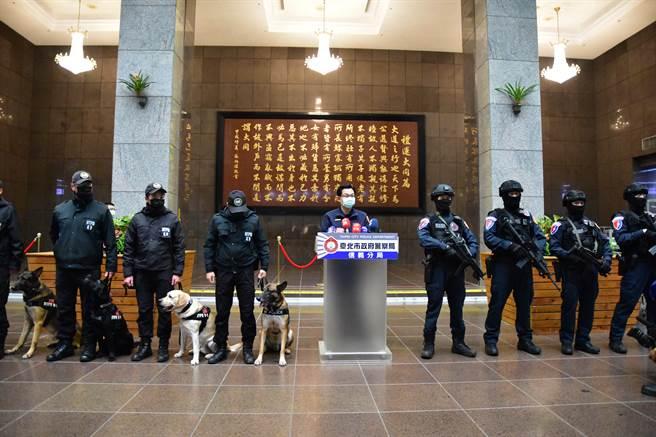台北市跨年晚會強化反恐,出動千名警力與防爆犬進行維安。(信義分局提供)