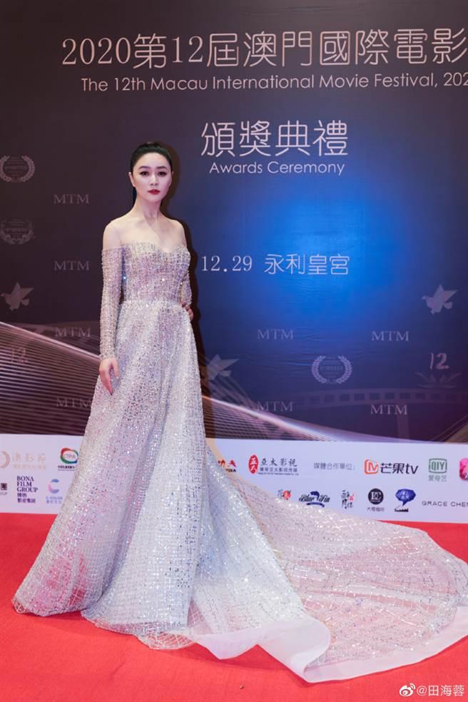 田海蓉近日出席第12屆澳門國際電影節,憑藉在《全心愛你》中的精湛表演,獲得本屆澳門國際電影節最佳女配角獎。(圖/摘自微博@田海蓉)