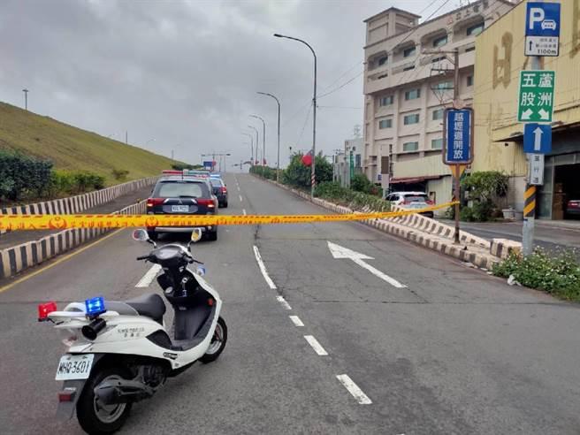 线杆倾倒造成2线车道全部封闭,警方进行交通管制。(翻摄画面/李俊淇新北传真)