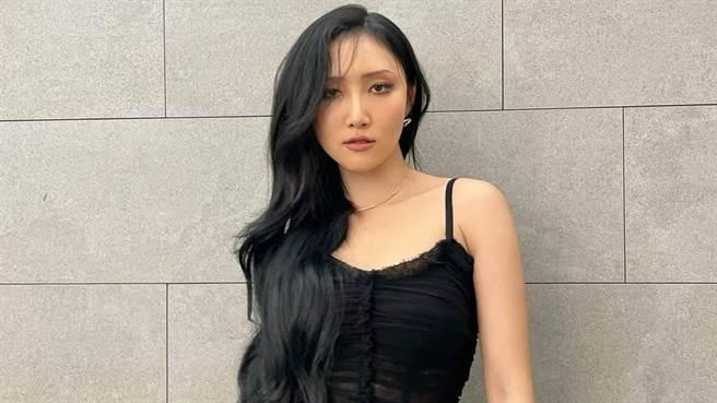 華莎在《MBC演藝大賞》頒獎典禮上,穿上透視魚尾禮服大秀好身材。(圖/IG@_mariahwasa )