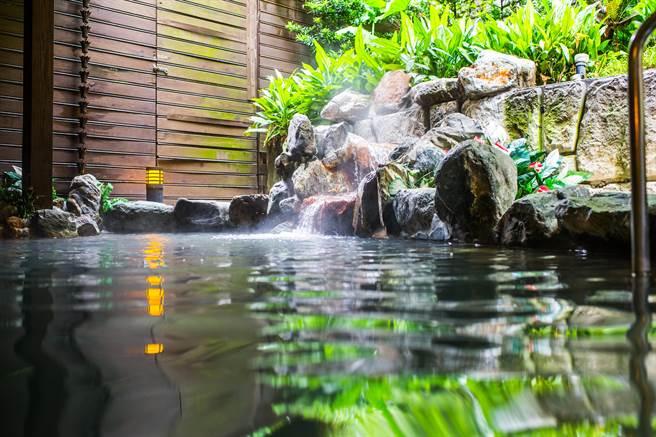 大地酒店除房間提供溫泉外,也有戶外大眾風呂。(業者提供)