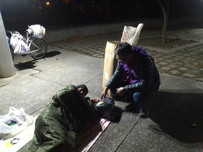人安基金會提前夜訪發放睡袋、長袖衣物,並開放平安站提供臨時夜宿空間,讓寒士在漫長冷夜中,有保暖物品及避寒處,平安度過此波冷氣團。(人安提供)