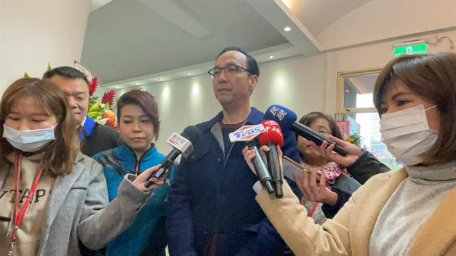 國民黨前主席朱立倫下午出席狐獴媽媽攝影展開幕茶會。(趙婉淳攝)
