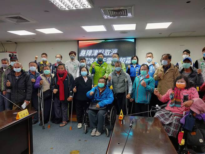 台南市不分藍綠市議員偕同多位身心障礙者共同舉行記者會,呼籲市府放寬身心障礙生活補助的資格審查標準。(洪榮志攝)