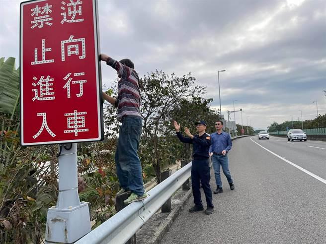 旗山警分局長游永中(中)30日親至易壅塞的路段,現場指導道路指示牌擺放位置。(警方提供/林瑞益高雄傳真)