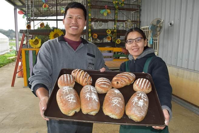 南庄青農陳裕夫夫婦為慶祝苗栗北橫公路通車,特別手作紀念麵包,上面寫有「北橫」、「平安」來祈求通車平安。(謝明俊攝)
