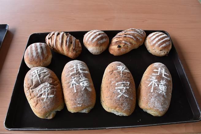 南庄青農陳裕夫為慶祝苗栗北橫公路通車,特別手作紀念麵包,上面寫有「北橫」、「平安」來祈求通車平安。(謝明俊攝)