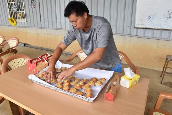 陳裕夫利用農忙之餘,製作手作麵包提供遊客選用。(謝明俊攝)