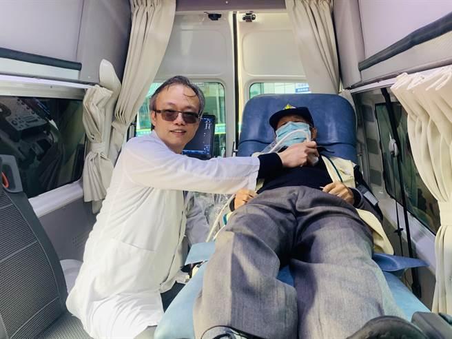 南基医院院长郑均洹,在行动诊疗车内,示范为患者治疗。(廖志晃摄)
