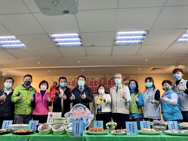 台南市長黃偉哲(左五)30日為後壁休閒農業區籌備委員會成立大會暨台灣鯛料理行銷站台宣傳。(李宜杰攝)